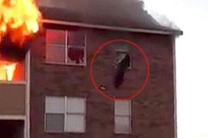 Cháy nhà, mẹ hốt hoảng thả con 1 tuổi từ tầng 3 xuống cho người lạ