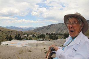 Bà cụ 83 tuổi đi bộ hơn 3.000 km để nhìn thấy biển
