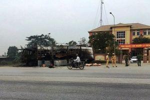 Đang lập biên bản vi phạm, xe đầu kéo ở bốc cháy trước trạm cảnh sát giao thông