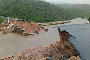 Bão số 9 đổ bộ: Sập cầu, vỡ đìa nuôi tôm cuốn bay tiền tỷ ở Cam Ranh