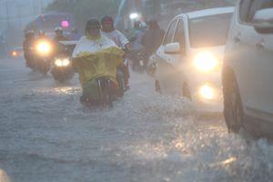 Đường phố TP.HCM ngập trong biển nước do bão số 9