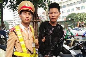 Kiểm tra 2 thanh niên đi SH, lòi ra hàng loạt 'đồ nghề' trộm cắp xe máy