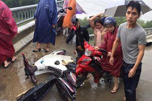Đang chở bạn gái, anh hùng bất ngờ nhảy xuống sông cứu người giữa trời mưa gió
