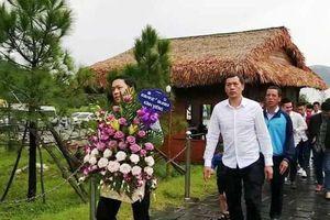 Cầu thủ CLB Sông Lam Nghệ An đội mưa viếng mộ Đại tướng Võ Nguyên Giáp