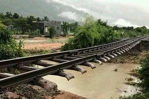 Bão số 9 khiến đường ray tàu lơ lửng như cầu bắc qua sông