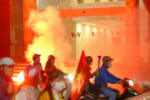Đường phố Hà Nội rực pháo sáng ăn mừng Việt Nam nhất Bảng AFF Cup