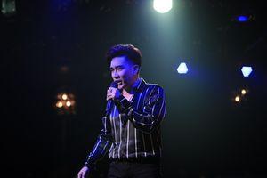 Liveshow Quang Hà chật kín khán giả dù diễn ra cùng trận bóng Việt Nam – Campuchia