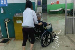Bệnh viện ở Sài Gòn ngập sâu nửa mét, bác sĩ mang ủng đi khám cho bệnh nhân