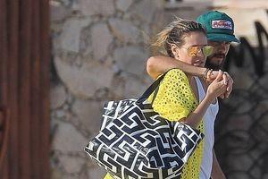 Siêu mẫu Heidi Klum và bạn trai tình tứ trên bờ biển dịp Lễ Tạ ơn