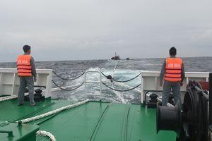 Tàu KN 364 cứu nạn ngư dân 2 tàu cá QNg 98122TS và QNg 98130TS
