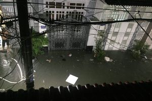Mưa ngập diện rộng, dân TP.HCM trắng đêm tát nước chống lụt