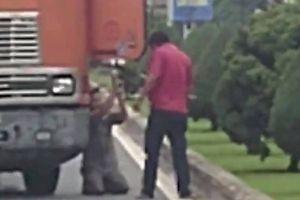 Bị đồng nghiệp dọa chém, tài xế container quỳ lạy giữa đường