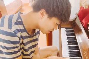 Công Phượng miệt mài tập đàn piano, chơi thành công bài 'Bụi phấn'