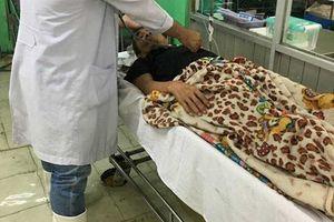 Sài Gòn ngập nặng, bác sĩ mang ủng bì bõm lội nước cấp cứu bệnh nhân