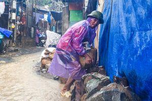 Sau vụ lở núi, dân Nha Trang đổ xô làm kè quanh nhà tránh nước xiết