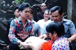 Ngọc Sơn phát 10 tấn gạo cho người dân trước nhà riêng ngày mưa bão
