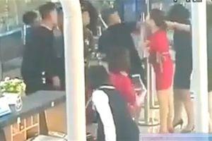 Vụ tát nữ nhân viên Vietjet: Góc camera khác quay cảnh sốc