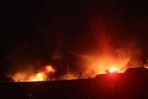 Nhà xưởng bốc cháy dữ dội trong cơn mưa như trút nước