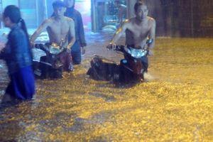 Mưa lớn khủng khiếp hàng giờ, người Sài Gòn 'bơi' trong biển nước sâu cả mét