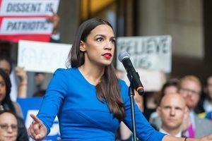 Nữ nghị sĩ trẻ nhất lịch sử nước Mỹ gây chú ý vì đôi giày cũ rách