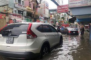 Nhiều tuyến đường Sài Gòn vẫn ngập nặng sau bão số 9