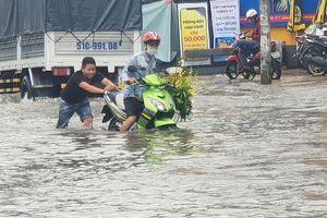 Xe chết máy ngổn ngang trên phố Sài Gòn sau bão số 9