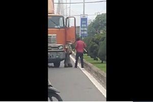 Tài xế xe container dùng dao đe dọa, ép đồng nghiệp quỳ lạy giữa đường