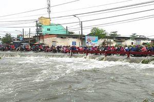 Thanh niên bị nước cuốn mất tích trong cơn mưa lớn ở TP.HCM