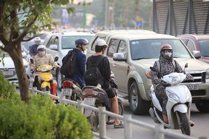 Hà Nội: Rào vỉa hè đường Tố Hữu, dân đi ngược chiều, giao thông hỗn loạn