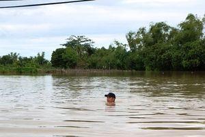 Ninh Thuận: Nước ngập sâu, người dân nghĩ đủ cách bảo vệ tài sản