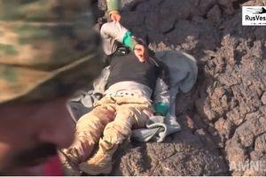 Clip: Quân đội Syria tóm sống 1 tên IS, tịch thu kho vũ khí lớn ở Al-Safa