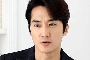 Gu thời trang sân bay ấn tượng của tài tử Song Seung Hun khi sang Việt Nam
