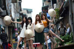 Báo Tây viết về việc du khách mạo hiểm chụp 'tự sướng' tại xóm đường tàu ở Hà Nội