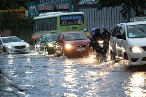 Nhiều tuyến đường ở TP.HCM vẫn ngập do mưa và triều cường