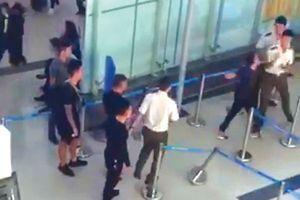 Khách liên tục gây rối tại sân bay, cách nào ngăn chặn?