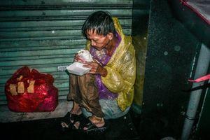 Ông lão ngồi co ro chịu mưa gió khi cơn bão số 9 đổ bộ Sài Gòn: Phận vô gia cư, không nhà không cửa biết phải làm sao?