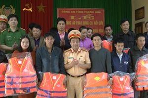 Trao tặng 300 áo phao cho các chủ phương tiện tham gia giao thông đường thủy