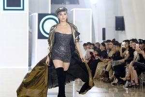 Huyền My nhiệt tình cổ vũ Hoa hậu Kỳ Duyên làm vedette trên sàn catwalk