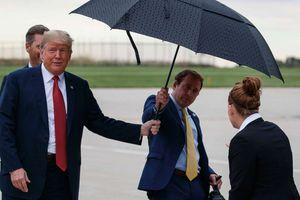 Trợ lý 'như hình với bóng' của ông Trump rời Nhà Trắng