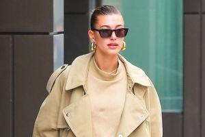 Vợ Justin Bieber diện quần cạp trễ, đeo kính râm xuống phố