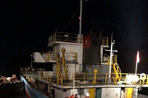 Tàu va đá ngầm, 3 thuyền viên rơi xuống biển trong đêm