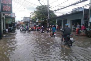 TP.HCM: Dân bất lực nhìn tài sản ngập trong biển nước