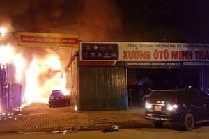 Hiện trường vụ hỏa hoạn thiêu rụi gara ô tô tại Nam Trung Yên