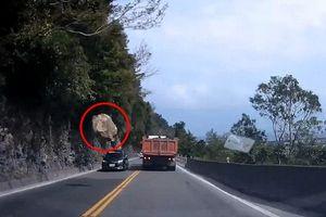 Kinh hoàng tảng đá 'khủng' từ vách núi rơi xuống cao tốc, ngay trước mũi ô tô