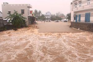 Mưa lũ gây ngập lụt, chia cắt nhiều nơi