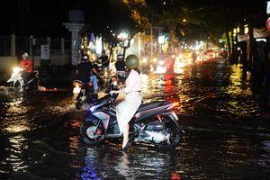 Khu 'nhà giàu' Sài Gòn méo mặt lội nước cả ngày khi hết bão đến triều cường