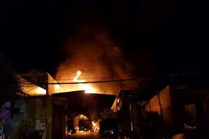 Bãi chứa xe bồn chở xăng dầu ở Nha Trang cháy dữ dội, người dân di tản