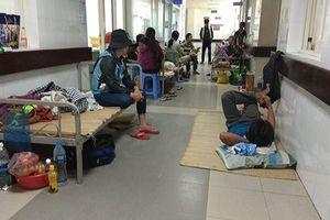 Sốt xuất huyết tăng đột biến ở Đà Nẵng, bệnh nhân phải chung giường, nằm hành lang