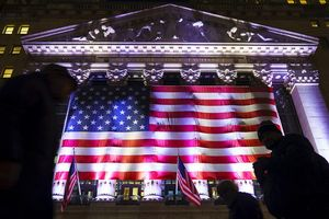 Dow Jones bật tăng hơn 350 điểm nhờ hàng loạt tin tích cực