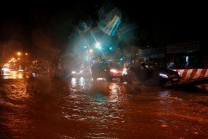 Giải cứu 106 người bị mắc kẹt do ngập nước ở Bình Dương
